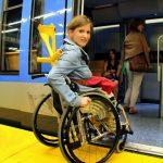 Rollstuhlfahrerin Einstieg U-Bahn (3)