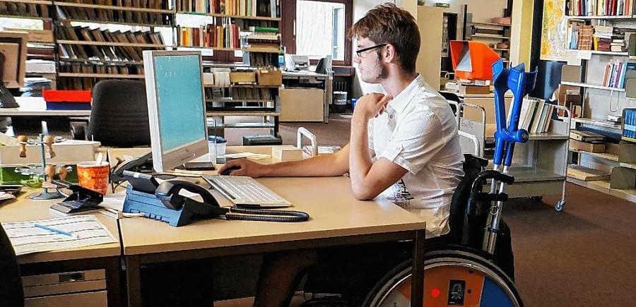 Rollstuhlfahrer Luca Arbeitsplatz Schreibtisch Teilzeit - behindert ...